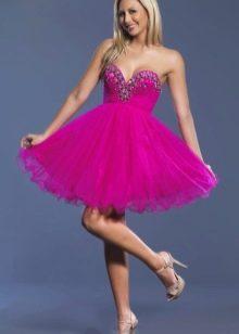 Блондинка в платье цвета фуксии