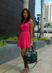 Платье цвета фуксии в сочетание с зеленой сумкой