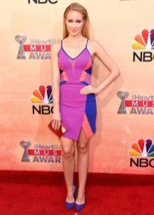 Платье цвета фуксии в сочетание с синими вставками и синими туфлями