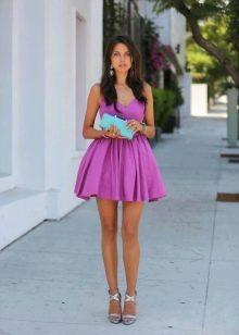 Платье цвета фуксии с бирюзовым клатчем