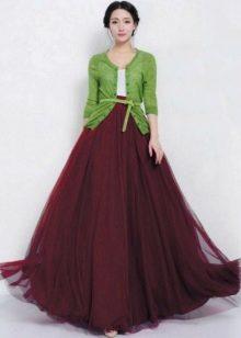 Сочетание цвета марсала с зеленым  в повседневном наряде