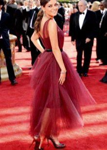 Мила Кунис в платье цвета марсала