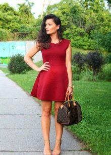 Платье светлого оттенка марсала