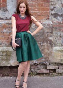 Зеленый цвет в сочетание с платьем марсала