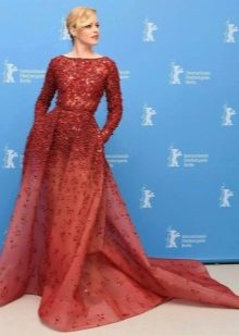 Элизабет Бенкс в платье цвета марсала