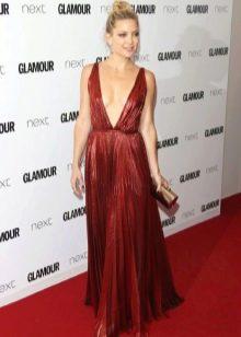 Кейт Хадсон в платье цвета марсала