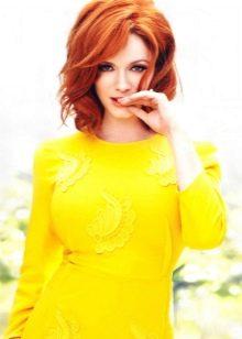 Рыжая девушка в горчичном платье