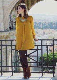 Брюнетка в горчичном платье
