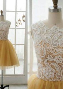 Белое кружево на горчичном платье