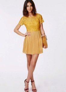 Горчичное платье с кружевным верхом