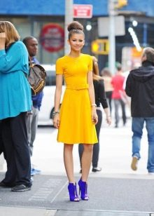 Горчичное платье с синей обувью