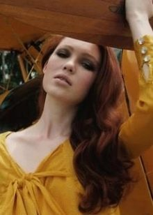 Рыжеволосая девушка в горчичном платье
