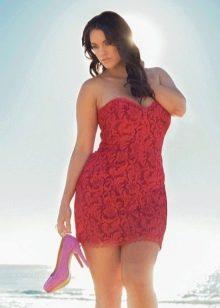 Приталенное короткое платье малинового цвета для полных женщин