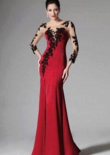 Малиновое платье с черным кружевом