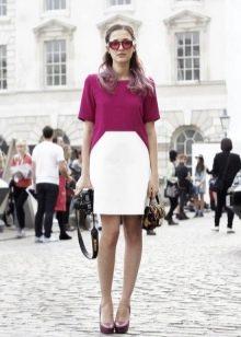 Платье малинового цвета в сочетание с белым