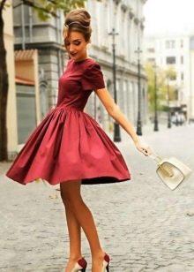 Малиновое платье длины миди