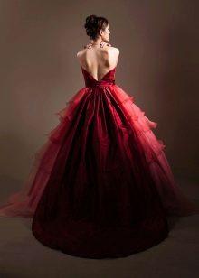 Красивое малиновое платье темного оттенка