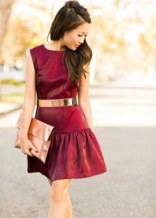 Платье винного цвета в сочетание с золотыми аксессуарами