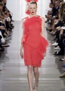 Розовое платье из шифона с воланами