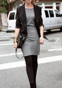 Серое платье с черным пиджаком