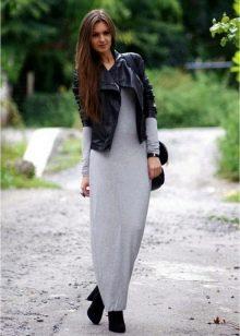 Серое платье с черной курткой