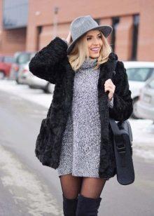 Теплое платье серого цвета с ботфортами