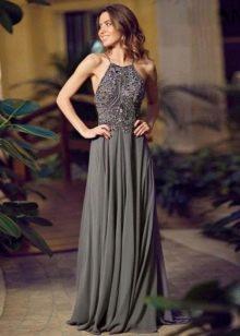 Длинное вечернее платье серого цвета