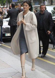 Серое платье в сочетание с белым пальто