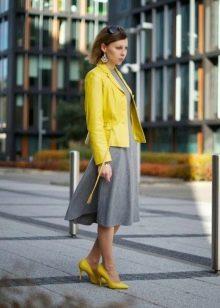 Желтый кардиган и желтые туфли к серому платью