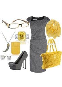 Серое платье в сочетание с желтыми аксессуарами