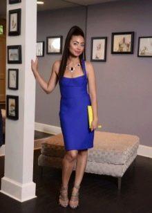 Темно-синее платье футляр с глубоким декольте