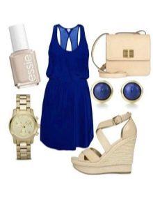Бежевые босоножки и бежевые аксессуары к темно-синему платью
