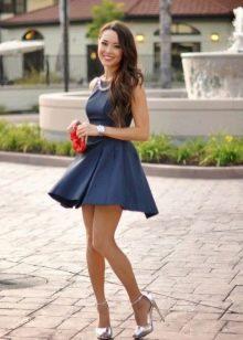 Серебристые туфли к темно-синему платью
