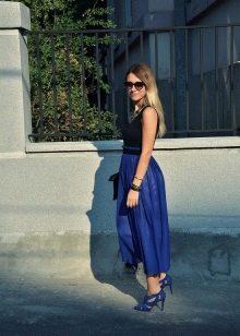 Синие босоножки к темно-синему платью