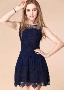 Темно синее кружевное платье