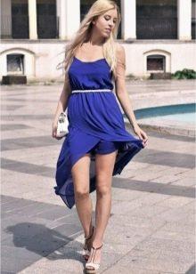 Темно-синее платье, короткое спереди и удлиненное сзади
