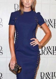 Темно-синее платье-футляр средней длины