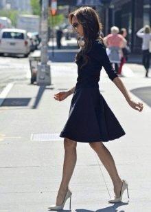 Темно-синее платье с пышной юбкой средней длины