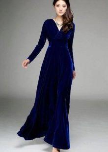 Темно-синее платье из бархата