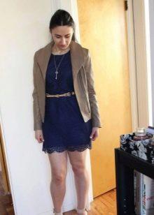 Темно-синее кружевное платье в сочетание с бежевой курткой из кожи