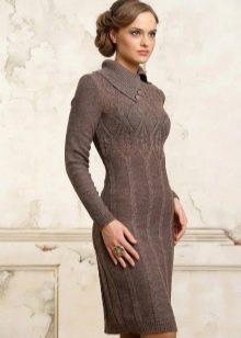 Коричневое вязаное платье с рукавами