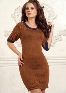 Коричневое вязаное платье с короткими рукавами