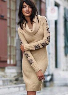Бежевое вязаное платье с рукавами