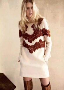 Бежевое вязаное платье короткое