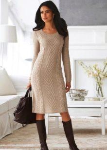 Бежевое вязаное платье миди