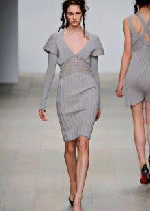 Серое вязаное платье с туфлями лодочка