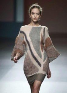 Вязаное платье с рукавами на машинке