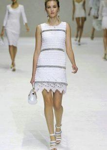 Короткое белое вязаное платье крбчком