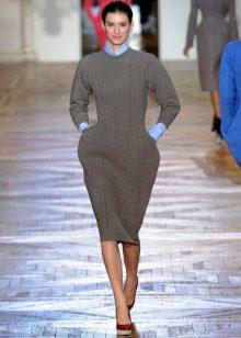 Закрытое вязаное платье миди