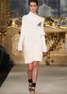Белое вязаное зимнее платье